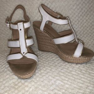 White and gold wedges